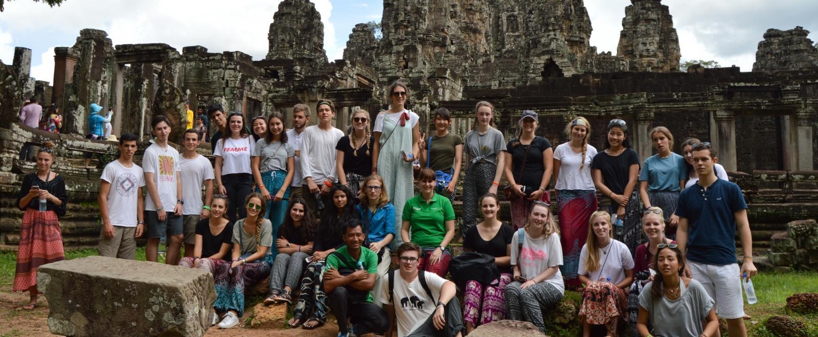 Jóvenes voluntarios visitando ruinas camboyanas durante su trabajo voluntario.